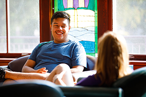 Students have a conversation in the Kellogg Center's Langbo Living Room.